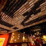 天井には店名がデザインされています