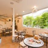 エアコン完備&屋根付なので、天候や季節問わず快適です。窓からは緑溢れる風景も眺められる開放的な空間。
