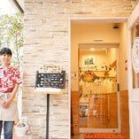 店名の「Akala」とは、ハワイ語で「太陽」の意味。皆様が太陽のように明るく元気になっていただけるよう、笑顔でお出迎えいたします。