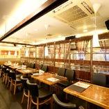 広々とゆったりとした明るい空間のテーブル席で楽しいお食事を♪