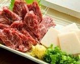 【馬肉刺し】鮮度抜群の赤身をご用意。一度食べたら病み付きに!