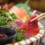 産直鮮魚の盛り合わせや一品料理を日替わりの日本酒とどうぞ♪
