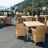 海の見えるカフェテラス席