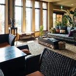 気持ちの良い日差しの差し込む出入り口付近のソファー席【~10名程度】