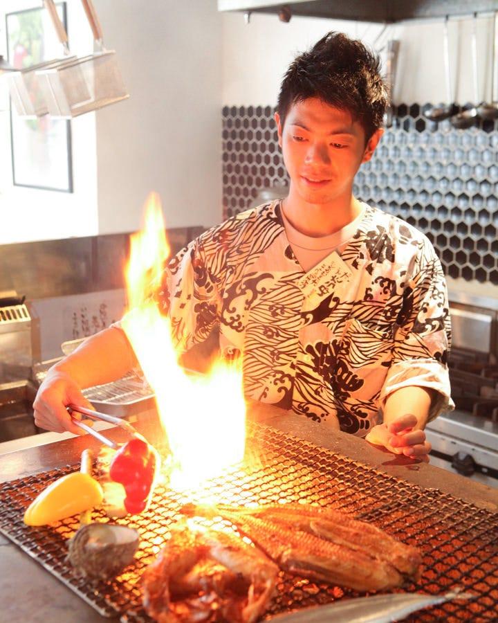 贅沢に炭火で目の前の焼き上げる炉端