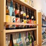 店内を見て下さい。日本酒棚、焼酎棚、そして・・・・。