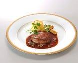 牛ロースのステーキ。特製の赤ワインソースは伝統の味です