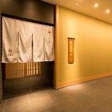 ミッドタウン日比谷の館内エレベーターで7階を降りますと、このように日本料理 龍吟店舗前が現れます。ミッドタウン日比谷7階の商業施設は当店のみとなっております。