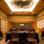 天井に迫力のある龍画を誂えたテーブル席。 1組2名様から最大8名様まで対応可能。(席数16席)