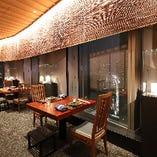 天然杢で誂えたテーブル席。 人間国宝をはじめとする美術工芸品を常時展示中。 2名様掛けテーブルを4テーブル、皇居の見える窓側に配列してございます。