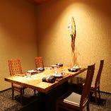 天然杢で誂えたテーブル席。人間国宝をはじめとする美術工芸品を常時展示中。 4名様掛けテーブルが、ここだけの奥まった空間に1箇所ございます。
