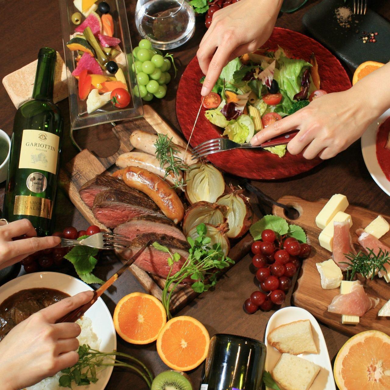 シュラスコ、サラダ、お酒、テーブルの上は賑やかに♪