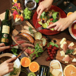 お肉と野菜とドリンクでテーブルも華やかに♪