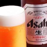 【ビール】アサヒスーパードライ 中ジョッキ(360ml)…590円(税抜) 洗練されたクリアな味、辛口。さらりとした口あたり、シャープなのどごし。キレ味さえる、いわば辛口ビールです。