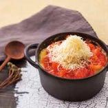 生トマトを丸ごと1個使ったトマトクリームペンネグラタン