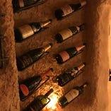 世界各地から取り寄せたワインがマリアージュの時をお待ちかね