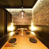 6名様から8名様向けの間隔を空けて座れる広々テーブル席が人気です。