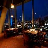 【夜景が魅力】 天井まで達する窓からは東京の夜景が楽しめる