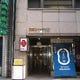ビル入口、エレベーターで2階へどうぞ