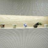 店内の飾り棚や盆栽、格子の木組みなど外観も見所満載。