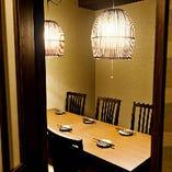 扉付き完全個室、椅子一脚ごと別タイプ