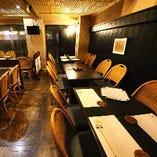 22名様までの開放的な1Fテーブル席フロア