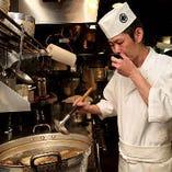 厳選した旬の食材を使い、料理人が至福の逸品に仕立てます