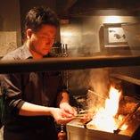 職人が炭火でじっくり焼き上げます。焼き鳥を食べるなら権鹿へ!