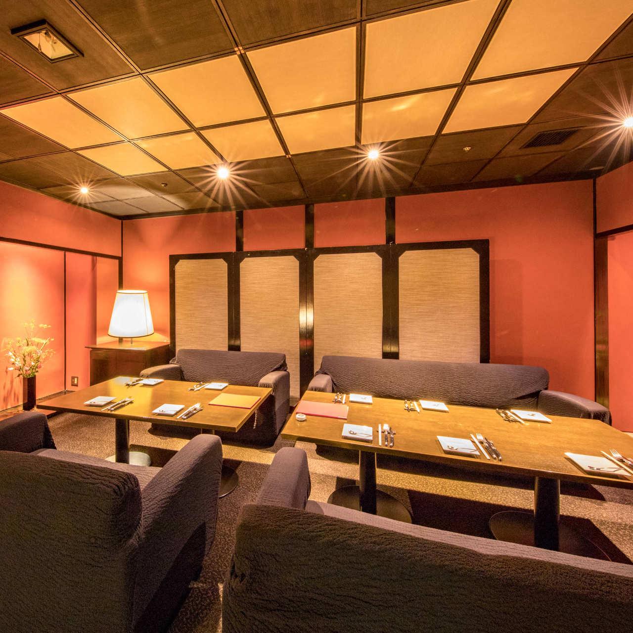 落ち着きのある雰囲気は接待/会食などにも最適な空間です。