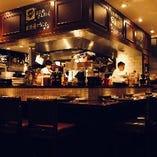 活気溢れるオープンキッチンのライブ感も魅力!