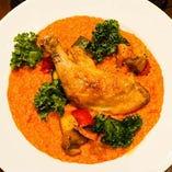 ランチ期間限定の骨付き鶏もも肉のトマトリゾット1300円