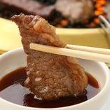 肉と米を繋ぐ、シンプルな醤油ベースのオリジナルタレ