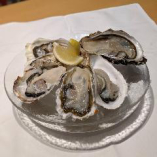 市場直送の新鮮な生牡蠣は1個420円(税別)~ご用意しております。