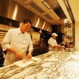 フロア内にオープンキッチンを配しており、シェフの華麗な手業やスタッフの活気を感じながら、お食事をお楽しみいただけます。