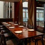 個室|三方が大きなガラス窓になっており、個室ながらも開放感のある空間となっております。