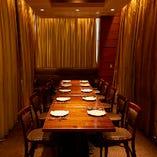 個室|ゆったりとした空間にパーティテーブルが1卓、奥には3~4人で腰掛けられる大きなソファをご用意。