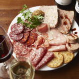 ワインと合わせて味わっていただきたい『シャルキュトリー盛り合わせ』