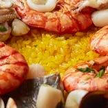 """噛むほどに広がる濃厚な魚介の旨み、水分を含んでしっとり艶やかな""""お米""""が自慢です。"""