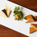 『クワトロフォルマッジ』では、お好きなチーズ3種類+モッツァレラチーズで、貴方だけのオリジナルピッツァをお作りいたします。