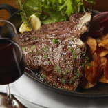 サーロインとヒレの、二つの部位を一度で味わえる欲張りなひと品!『ブラックアンガス牛』Tボーンステーキの網焼き
