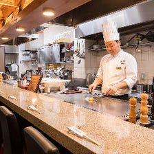 1階カウンター席で神戸牛ステーキも