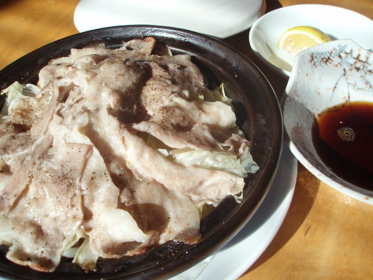 ポン酢と柚子胡椒で味わう蒸豚のタジン鍋 小1000円大2200円
