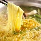 お鍋の〆に中華麺!具材の出汁が効いた絶品です。