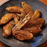 鶏肉の豊かな味わいが楽しめる、当店名物手羽先の唐揚げ!皮はカリッと、身はプリッと歯ごたえが良く、肉汁を閉じ込めたまま揚げました。