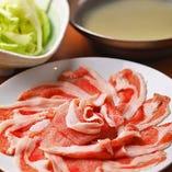 まるでつきたてのモチのようにきめが細かく、モチモチとした弾力がある肉質。それが「もち豚」の由来です。しっかりした甘みがあり、風味の豊さが特徴の豚肉は絶品!