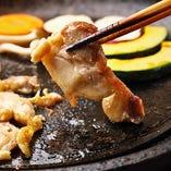 特有の美味しい脂と旨味がたっぷり詰まった「京都の地鶏」と、モチモチでしっかりした甘みの風味豊かな「もち豚」を、陶板焼でお召し上がりください。