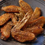 鶏肉の豊かな味わいが楽しめる、当店名物手羽先の唐揚げ!