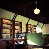 店内本棚には、たくさんの絵本や、雑誌、アート本など。