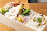 鮑飯弁当 ¥3,500 鮑を蒸した出汁で炊き上げる鮑飯が贅沢