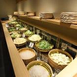 17種類ずらりと並ぶ野菜バー